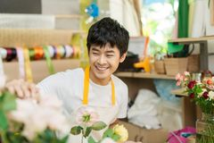 Portrait du fonctionnement de sourire de propriétaire de fleuriste Petite entreprise image libre de droits