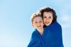 Portrait du frère et de la soeur plus âgée couverts dans une couverture Image stock