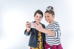 Portrait du garçon et de la fille de sourire faisant le selfie Photographie stock