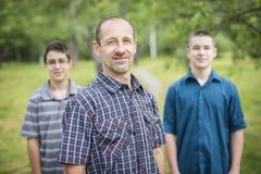 Portrait du garçon heureux de père et d'adolescent extérieur Photos libres de droits