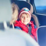 Portrait du garçon préscolaire d'enfant s'asseyant dans la voiture photos stock