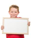 Portrait du garçon d'enfant en bas âge tenant le signe vide avec la pièce pour votre copie Image libre de droits