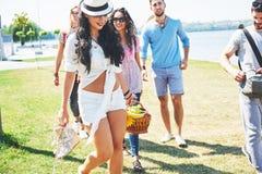 Portrait du groupe d'amis allant à sur la plage Groupe mixte d'amis marchant sur la plage le jour d'été Photo stock