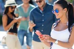 Portrait du groupe d'amis ayant l'amusement avec des smartphones Photographie stock libre de droits