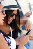 Portrait du groupe d'amis ayant l'amusement avec des smartphones Photos libres de droits