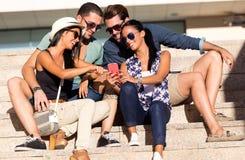 Portrait du groupe d'amis ayant l'amusement avec des smartphones Photographie stock