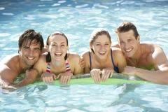 Portrait du groupe d'amis détendant dans la piscine Image libre de droits