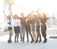 Portrait du groupe d'amis heureux sur la rue Images stock