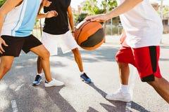 Portrait du groupe d'amis jouant le basket-ball sur la cour Image stock