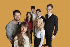 Portrait du groupe d'amis se tenant ensemble au-dessus du fond coloré Photographie stock libre de droits