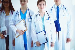 Portrait du groupe de collègues de sourire d'hôpital se tenant ensemble médecins Images libres de droits