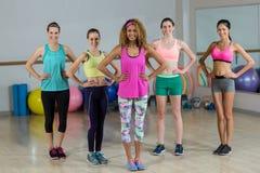 Portrait du groupe de l'équipe de forme physique se tenant avec des mains sur la hanche Image libre de droits