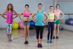 Portrait du groupe de l'équipe de forme physique se tenant avec des mains sur la hanche Images libres de droits