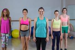 Portrait du groupe de l'équipe de forme physique se tenant dans le studio de forme physique Photographie stock