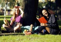 Portrait du groupe international d'étudiants étroits Images stock