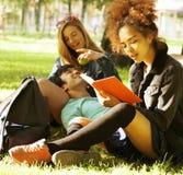 Portrait du groupe international d'étudiants étroits Image libre de droits