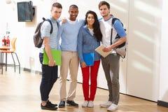 Portrait du groupe multi-ethnique d'étudiants dans la salle de classe Images stock
