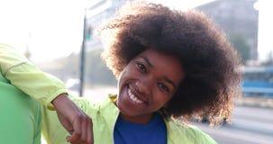 Portrait du groupe multi-ethnique des jeunes sur pulser Photos stock