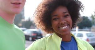 Portrait du groupe multi-ethnique des jeunes sur pulser Image stock