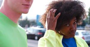 Portrait du groupe multi-ethnique des jeunes sur pulser Photo stock