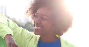 Portrait du groupe multi-ethnique des jeunes sur pulser Images stock