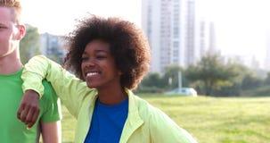 Portrait du groupe multi-ethnique des jeunes sur pulser Image libre de droits