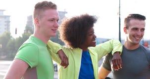 Portrait du groupe multi-ethnique des jeunes sur pulser Images libres de droits