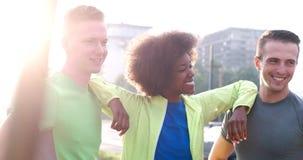 Portrait du groupe multi-ethnique des jeunes sur pulser Photographie stock libre de droits