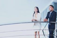 Portrait du groupe positif d'affaires se tenant sur des escaliers Images libres de droits