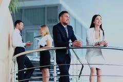 Portrait du groupe positif d'affaires se tenant sur des escaliers de bureau moderne Images libres de droits