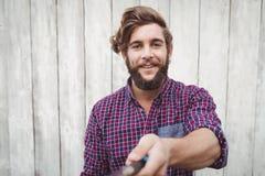 Portrait du hippie à l'aide du bâton de selfie photographie stock