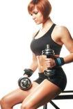 Portrait du jeune athlète féminin roux reposant et tenant le dum Images stock
