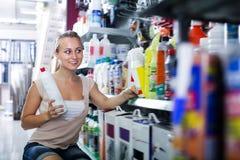 Portrait du jeune client féminin prenant la bouteille images stock