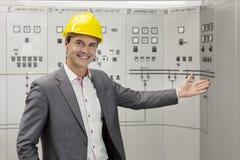 Portrait du jeune directeur masculin faisant des gestes dans la salle de commande Images stock