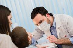 Portrait du jeune docteur masculin portant un masque Photo libre de droits