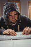 Portrait du jeune homme à l'aide du clavier d'ordinateur Images stock