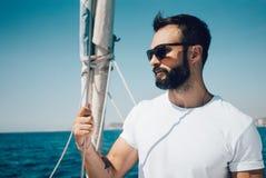 Portrait du jeune homme barbu se tenant sur un yacht photos stock