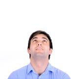 Portrait du jeune homme beau de sourire regardant au-dessus d'o d'isolement Photos libres de droits