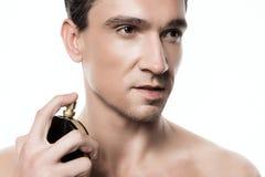 Portrait du jeune homme bel posant avec le parfum après la douche dans le matin d'isolement photos libres de droits