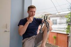 Portrait du jeune homme bel vlogging à la maison photos stock