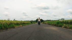 Portrait du jeune homme caucasien mettant en marche la moto clips vidéos
