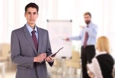 Portrait du jeune homme d'affaires prenant des notes Photo stock