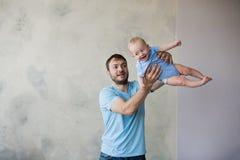 Portrait du jeune homme heureux tenant son bébé doux Images libres de droits