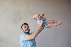 Portrait du jeune homme heureux tenant son bébé doux Image libre de droits