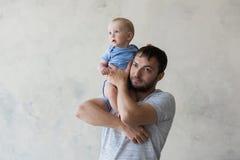 Portrait du jeune homme heureux tenant son bébé doux Photo libre de droits