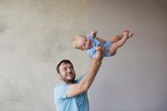 Portrait du jeune homme heureux tenant son bébé doux Photographie stock libre de droits