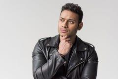 Portrait du jeune homme songeur d'afro-américain d'isolement photos stock
