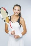 Portrait du jeune joueur de tennis féminin équipé de Professiona Image stock