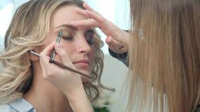 Portrait du jeune modèle blond se reposant dans le salon de beauté Photo libre de droits