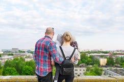 Portrait du jeune père mignon, de la mère et de leurs petits enfants, se tenant sur le toit de ville blanc d'isolement de vue arr Photos stock